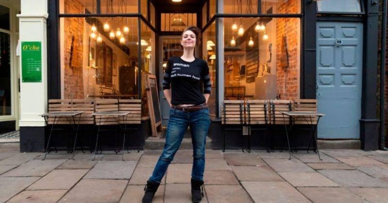 Феминистку выгнали из паба из-за надписи на футболке, которая оскорбляет трансгендеров: фото и иллюстрации