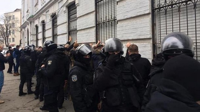 Корреспондент: украинского полицейского, «оскорбившего» Бандеру, привлекут к ответственности