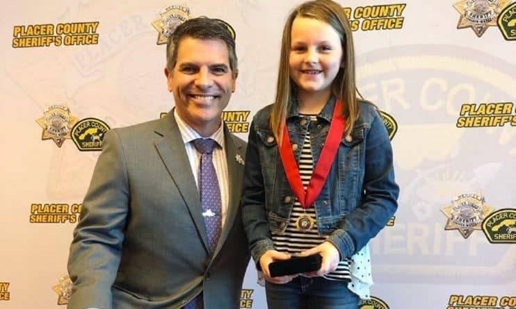 В Калифорнии 8-летнюю девочку, которая спасла жизнь отца во время стрельбы, наградили медалью за героизм