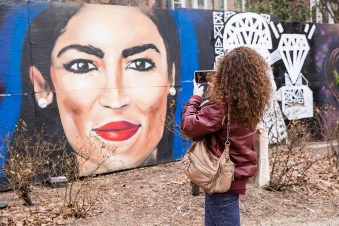 Лекси Белла создала гигантскую фреску — лик Окасио-Кортес на заборе в Ист-Сайде