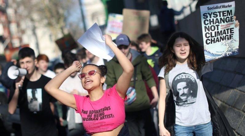 Дети по всей Великобритании прогуливают уроки, чтобы правительство обратило внимание на глобальное потепление