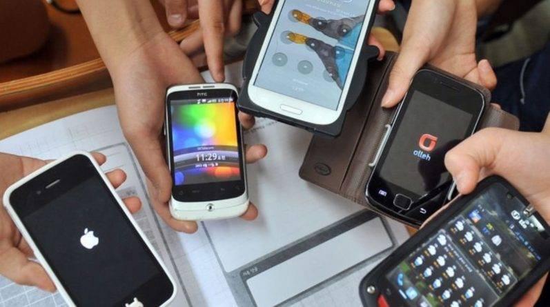 Великобритания готовится ввести закон об ограничении использования мобильных в школах