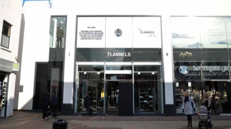 Воры протаранили дизайнерский магазин Flannels в Большом Манчестере, чтобы вынести товары на сумму £40000