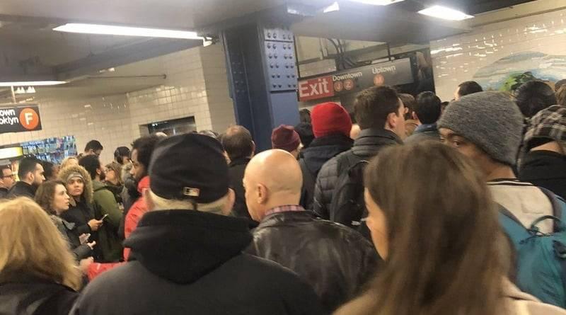На Манхэттене — пожар в метро: нарушено движение поездов на нескольких линиях: фото и иллюстрации