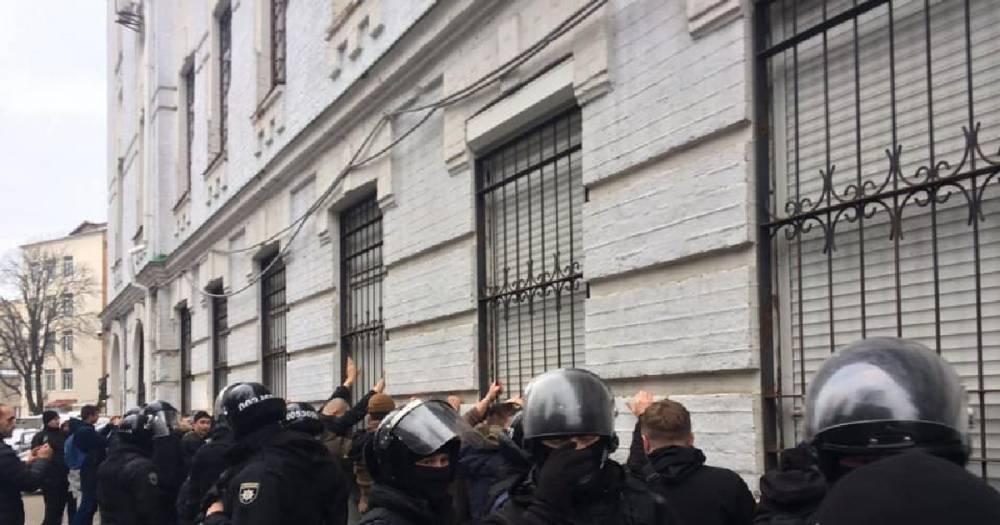 Пытались штурмовать управление полиции. В Киеве задержали около 40 человек: фото и иллюстрации
