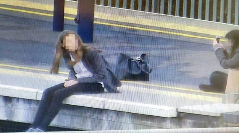 Девушки рисковали жизнью, чтобы сделать селфи на железнодорожных путях
