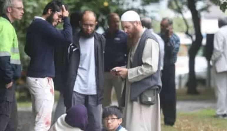 Во время стрельбы в мечети Новой Зеландии, где погибли 49 человек, стрелок вел прямую трансляцию на Facebook