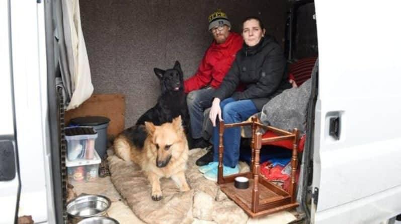 Семья вынуждена жить в фургоне, поскольку не смогла отказаться от своих собак