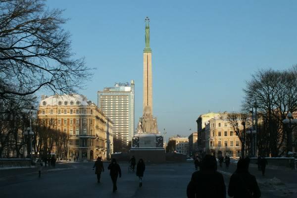 Американские солдаты справили нужду на главный символ свободы Латвии