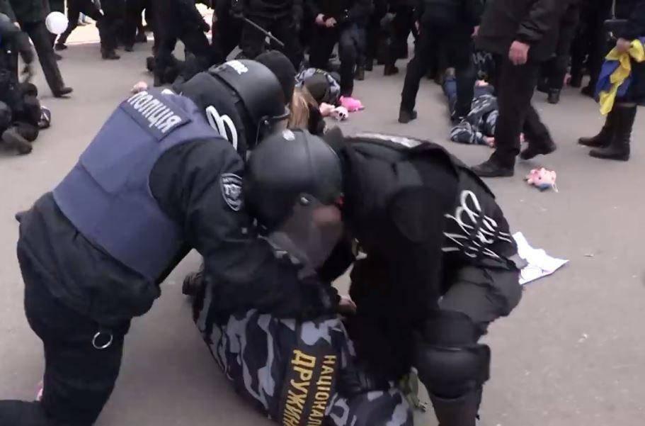 На митинге Порошенко полиция отметелила националистов: фото и иллюстрации