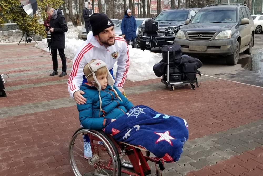 Дзюба и Джикия сфотографировались с детьми перед началом тренировки сборной России