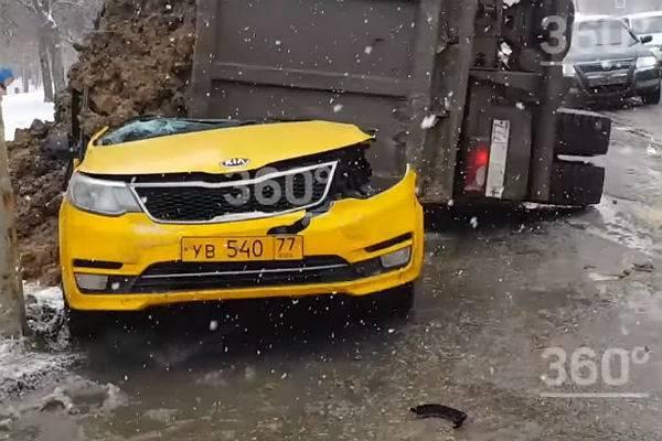 В Москве фура с песком раздавила такси с пассажиром