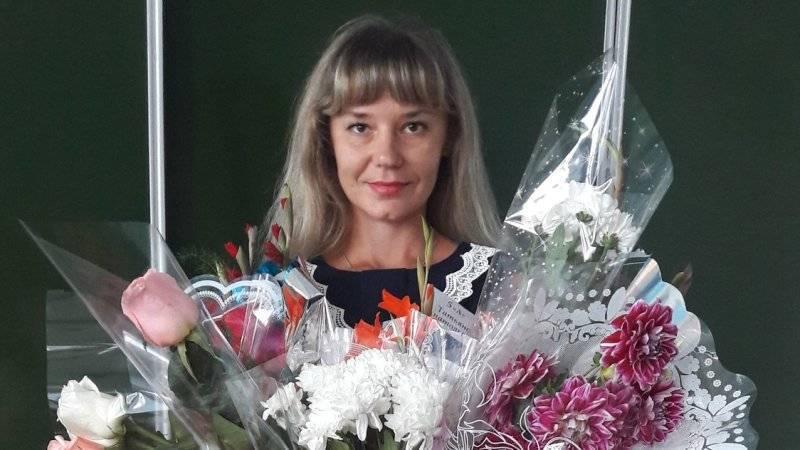 Минпросвещения разберется в увольнении барнаульской учительницы в купальнике