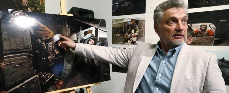Автора книги о «киборгах» вышвырнули из студии ТВ за нацистское приветствие