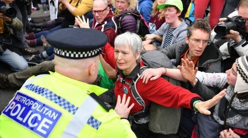 Около 300 протестующих, заблокировавших движение в центре Лондона, были арестованы