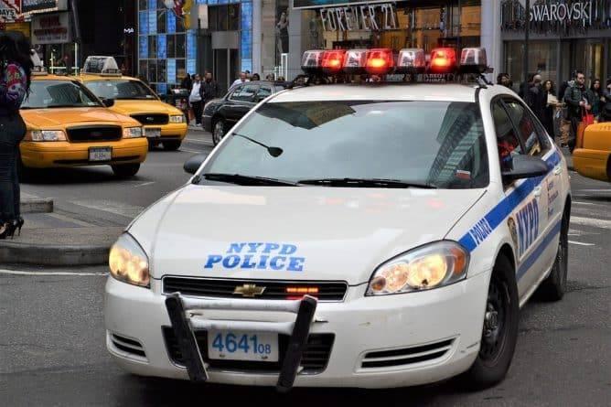 В Бруклине топором убита молодая женщина и тяжело ранена ее подруга. Подозреваемый — парень одной из жертв