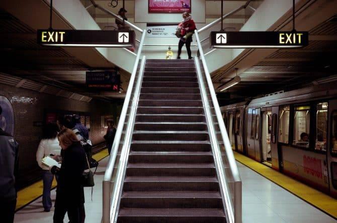Шокирующее видео: в США женщина попала под вагон метротрама после того, как ее рука застряла в дверях