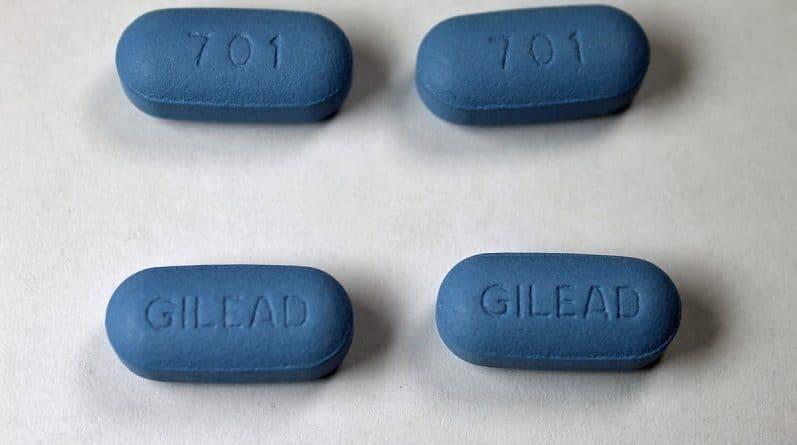 Окасио-Кортес хочет знать, почему фармацевтическая компания продает препарат от ВИЧ в США за $2000, хотя в ЮАР он стоит $6