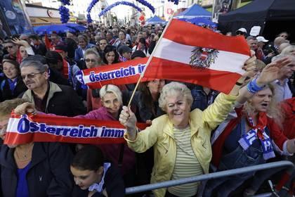 Вице-канцлера Австрии потребовали отправить вотставку из-за сделки сроссиянкой
