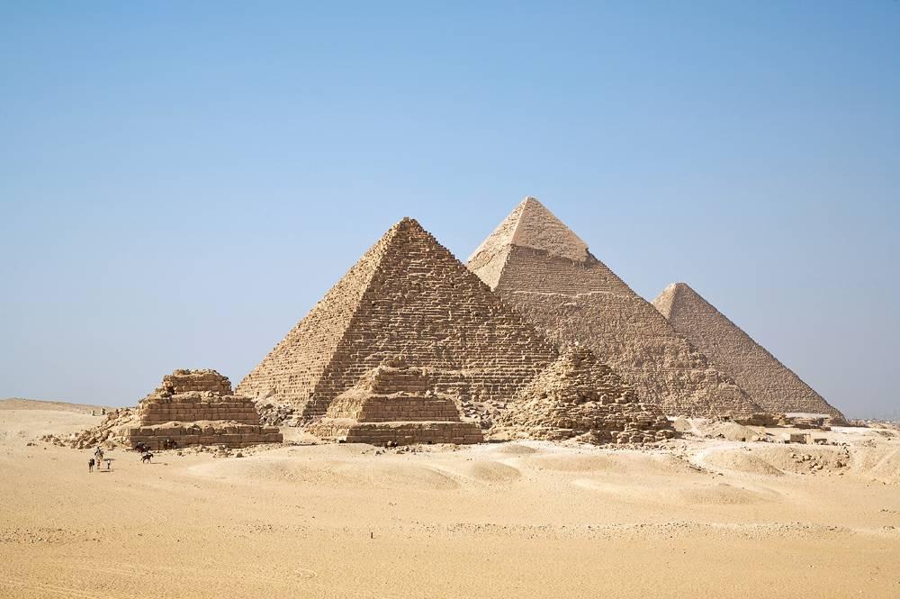 При взрыве рядом с туристическим автобусом в Каире пострадали больше десяти человек