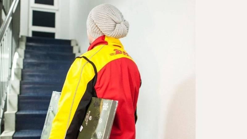 Должен ли почтовый курьер доставлять посылку под дверь?