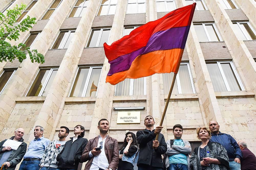 Сторонники премьера Армении заблокировали здания судов после освобождения из-под ареста бывшего президента