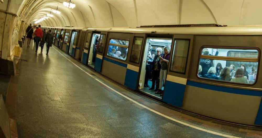 Пассажир упал на пути фиолетовой ветки метро