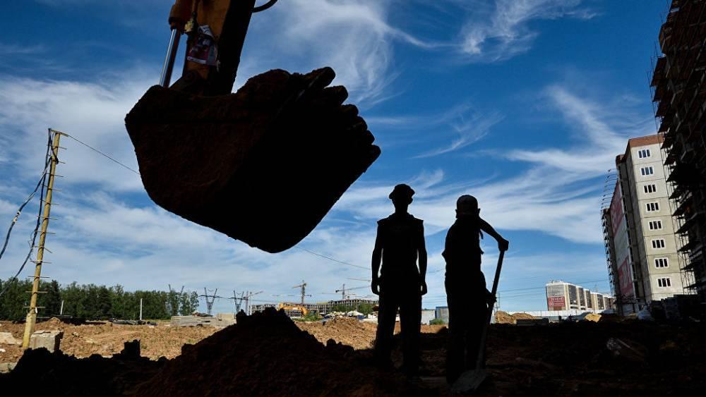 В Свердловской области засыпают провал грунта диаметром 30 метров