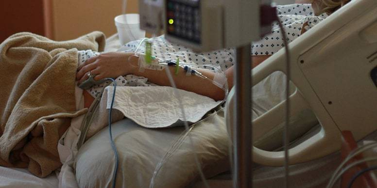 Последнее желание: больная раком казахстанка хочет вернуться домой из Индии