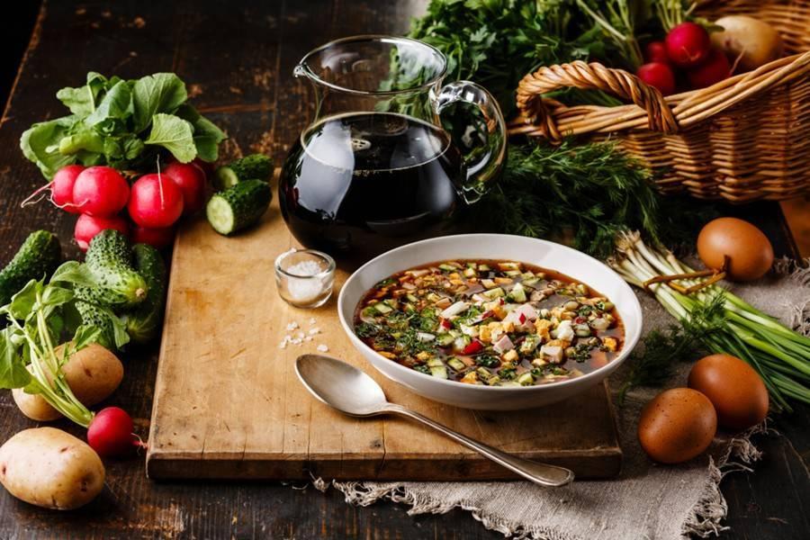 Диетолог рекомендовала заменить колбасу в окрошке нежирным мясом птицы
