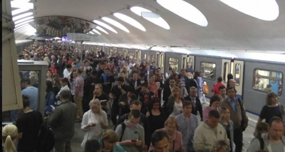 Три поезда застряли в тоннеле на серой ветке метро