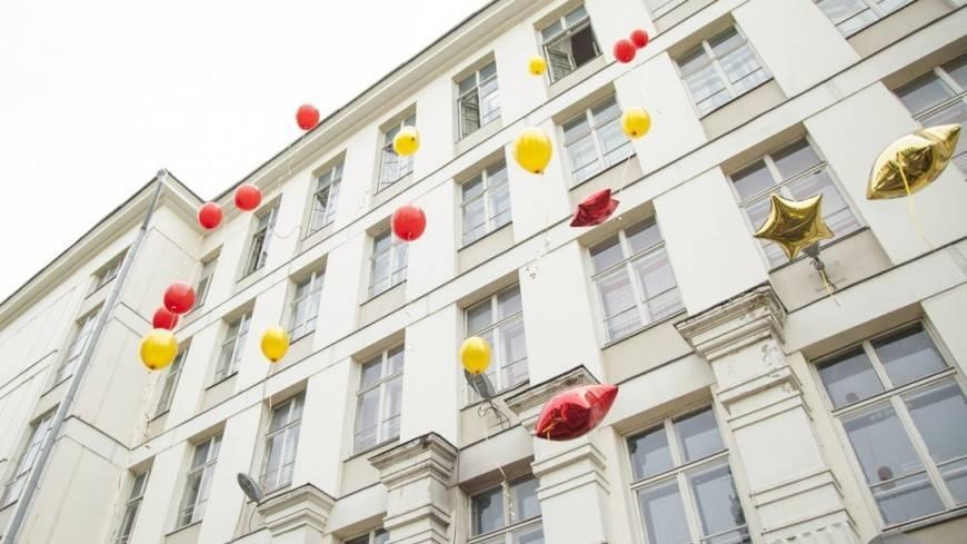 В омской гимназии во время последнего звонка обрушился потолок: фото и иллюстрации