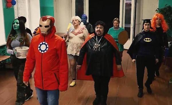 Учителя мурманской школы поздравили выпускников в образе супергероев