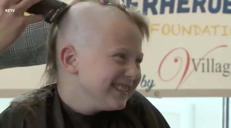 Две 10-летние девочки полностью сбрили длинные локоны, чтобы пожертвовать их на парики для больных детей