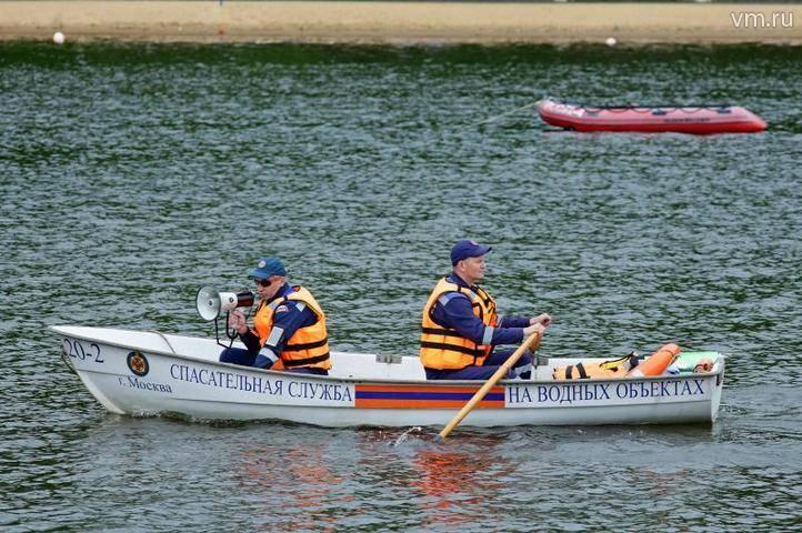 Спасатели вытащили двух мужчин из Москвы-реки