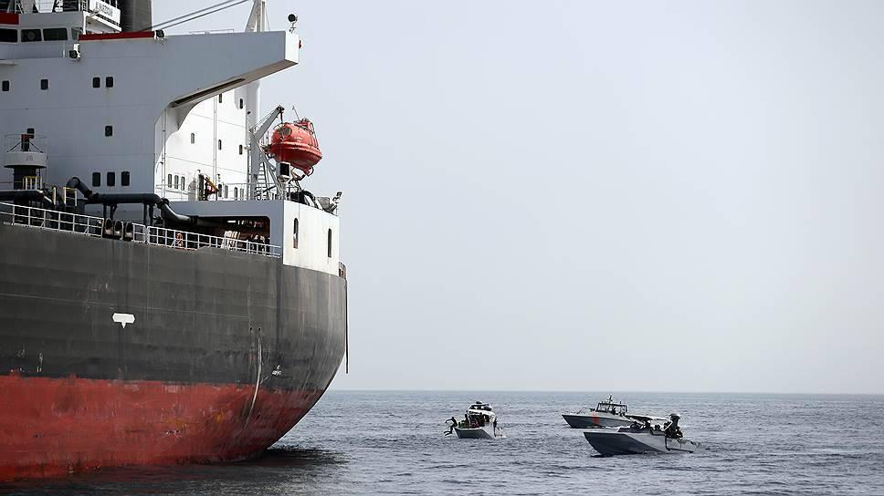 В Оманском заливе атаковали два нефтяных танкера: фото и иллюстрации