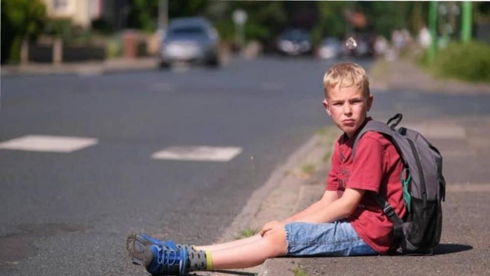 Водитель забыл о том, что должен отвезти мальчика-инвалида домой