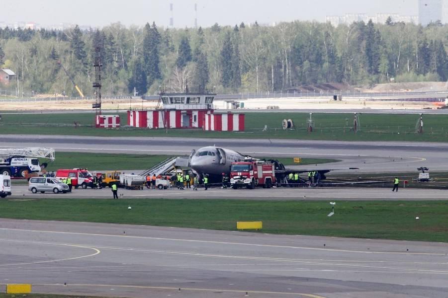 Авиаконструктор оправдал действия пилотов сгоревшего в Шереметьеве самолета: фото и иллюстрации
