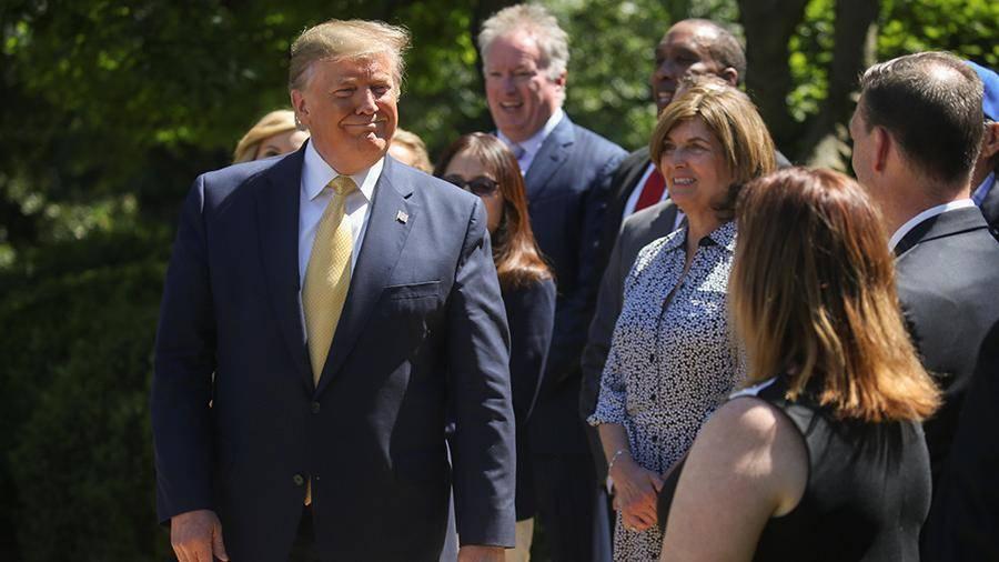 Представители администрации США спели Трампу Happy Birthday to You у Белого дома: фото и иллюстрации