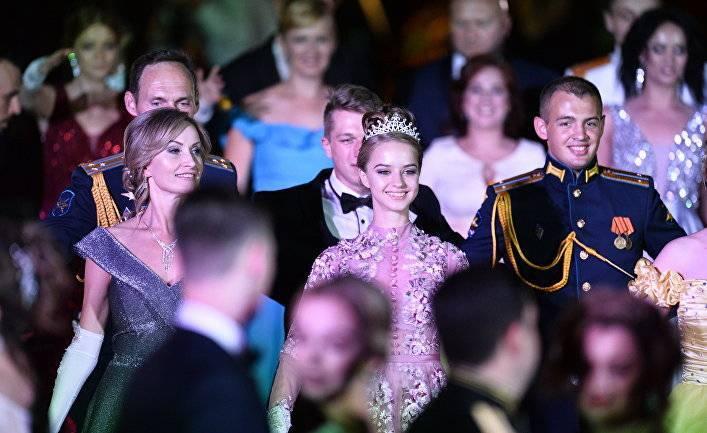 Daily Mail (Великобритания): сотни морских офицеров с нарядно одетыми дамами приняли участие в ежегодном Севастопольском балу, посвященном пятой годовщине возвращения Крыма в Россию: фото и иллюстрации