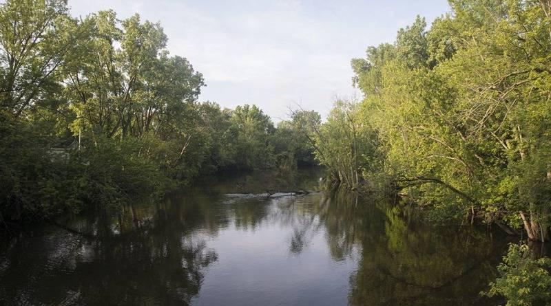 Мать направила автомобиль с двумя 9-летними дочерьми в реку, убив себя и детей: фото и иллюстрации