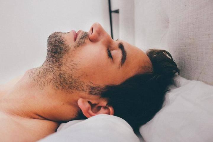 Исследователи развеяли три мифа о здоровом сне: фото и иллюстрации