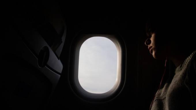 Уснувшую канадку забыли в самолете: фото и иллюстрации
