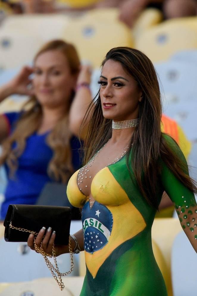 Голая болельщица сборной Бразилии на стадионе: фото и иллюстрации