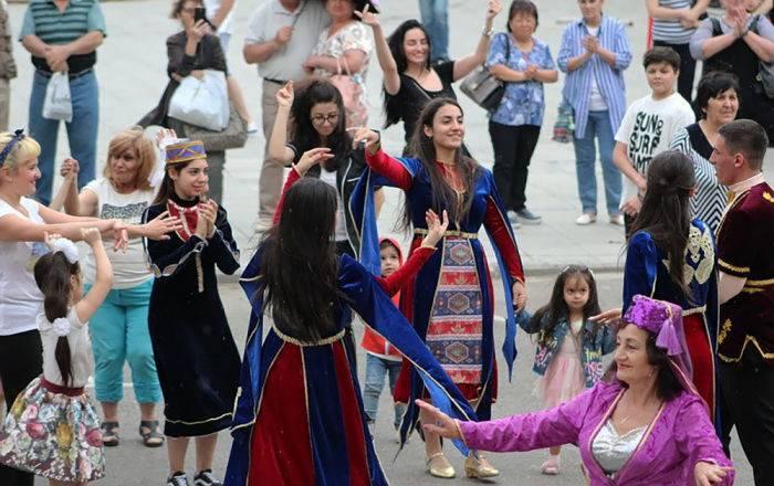 С флагами Турции и Азербайджана: в Черногории пытались сорвать выступление армянских детей: фото и иллюстрации