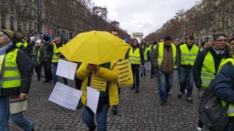 Протестующие в Париже возводят баррикады на Елисейских полях: фото и иллюстрации