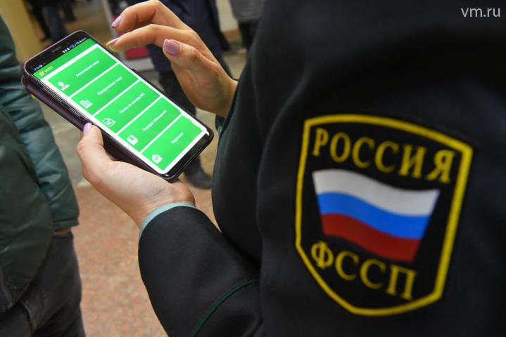 Названо количество россиян, которым приставы ограничили в выезде из страны: фото и иллюстрации