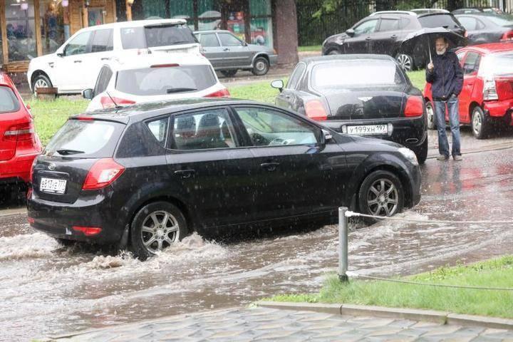 ЦОДД призвал столичных водителей быть осторожнее во время грозы: фото и иллюстрации