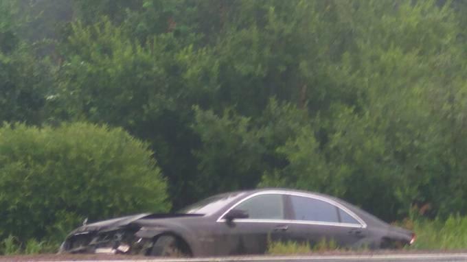 Водитель оставил свой Mercedes в кювете на Горском шоссе: фото и иллюстрации