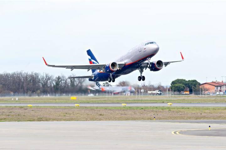 Резервный борт с пассажирами совершившего жесткую посадку самолета прибыл в Симферополь: фото и иллюстрации